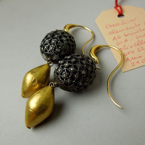 Orecchini con tradizionale elemento in oro