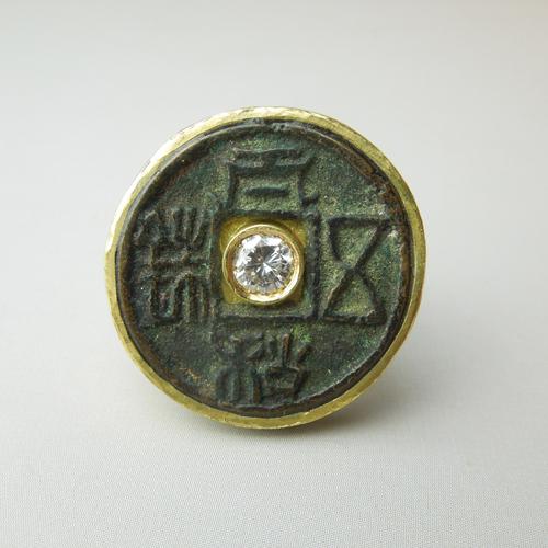 Anello con antica moneta cinese e diamante