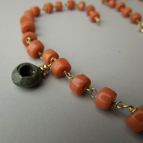 Coral and antiques elements necklace.